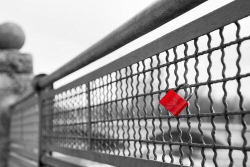 Cadeado vermelho com coração em ponte