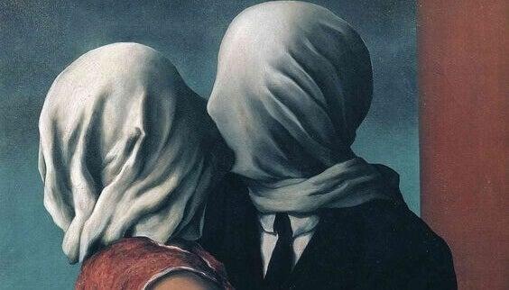 Pessoas se beijando com panos na cabeça