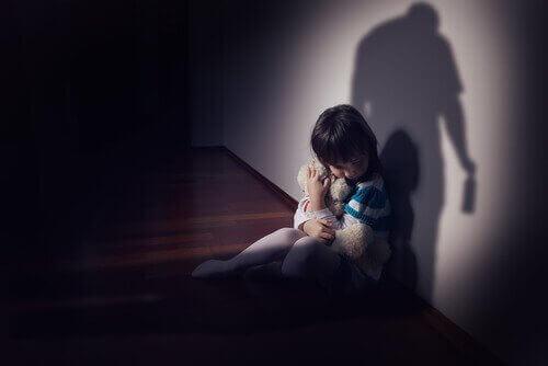 Criança sofrendo por pai alcoólatra