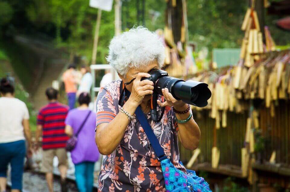 Senhora tirando fotos