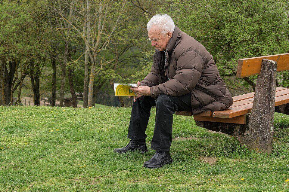 Senhor lendo um livro