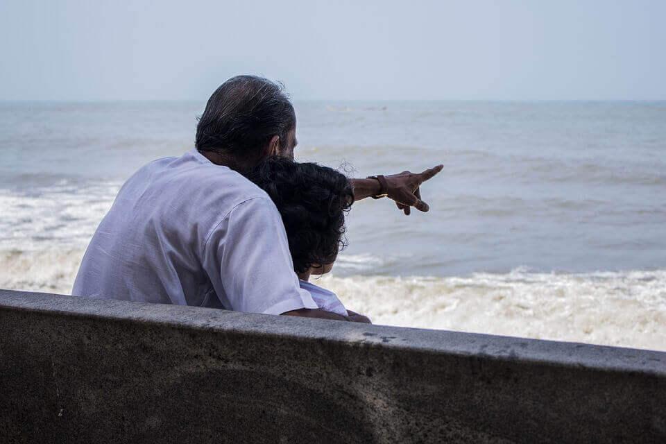 Casal observando o mar