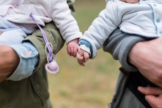 Bebês dando as mãos