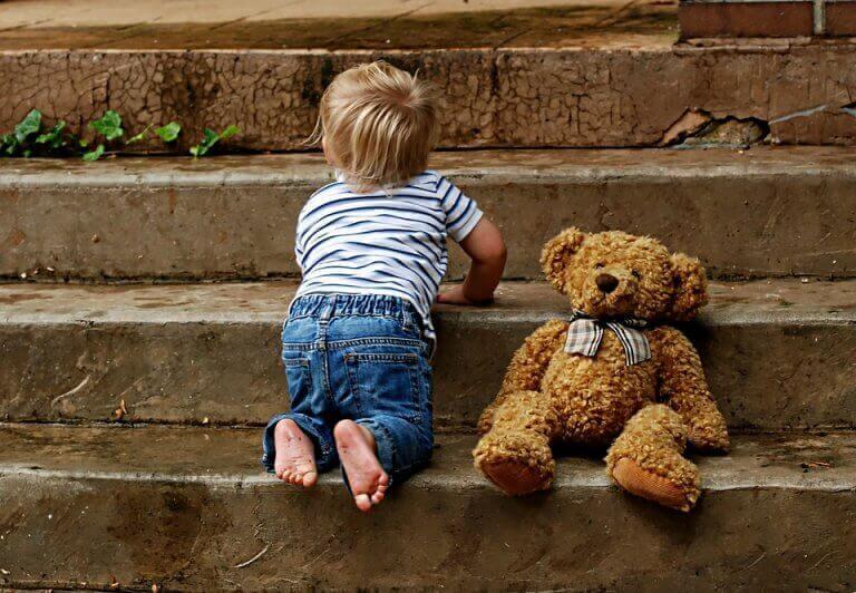 Criança pequena com seu ursinho