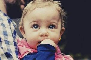 O que um bebê aprende a fazer entre os 4 e 6 meses de vida?