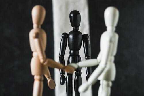 Mediador ajudando a resolver conflito