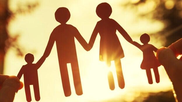 Família de mãos dadas