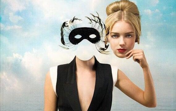 Mulher com máscara no lugar de rosto