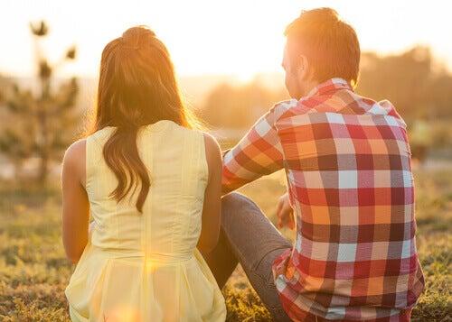 Casal conversando no pôr do sol
