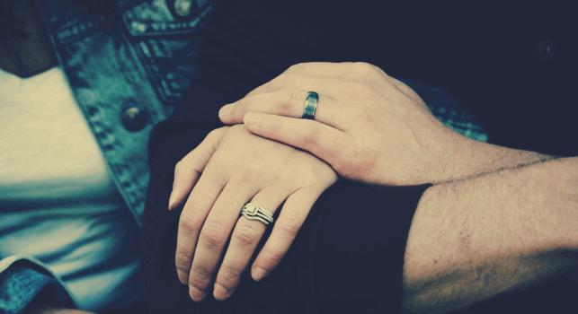 Casal com as mãos unidas