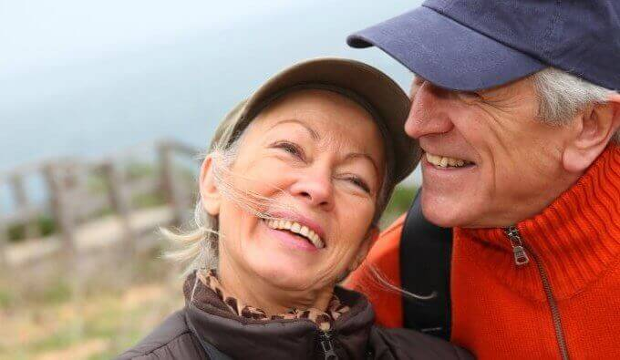Casal idoso feliz e sorrindo