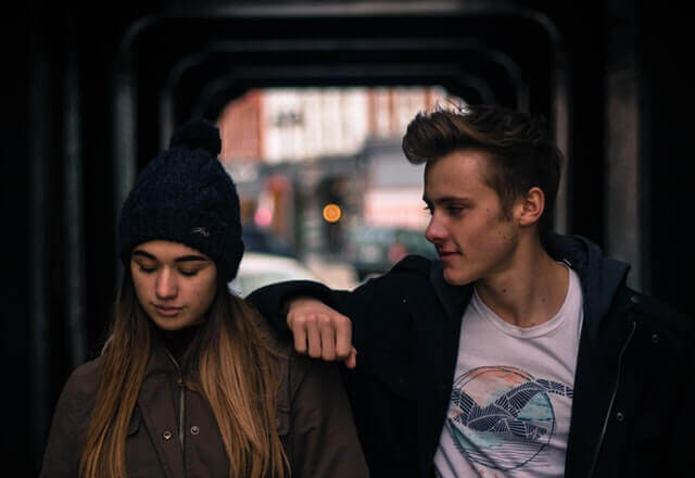 Casal jovem em cidade