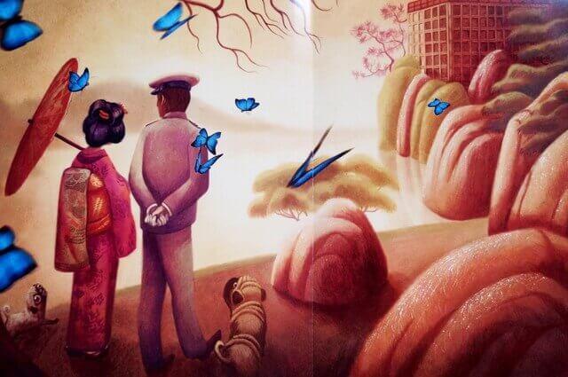 Casal com borboletas azuis ao redor