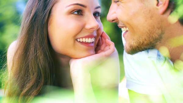 Homem e mulher se olhando nos olhos