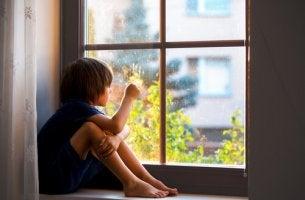 Criança sofrendo ansiedade de separação