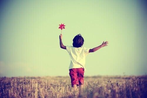 Criança brincando com cata-vento