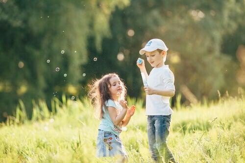 Crianças brincando ao ar livre