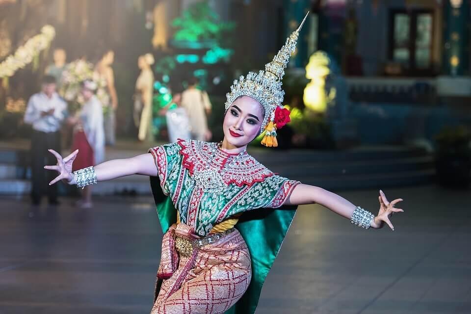 Mulher de cultura diferente dançando