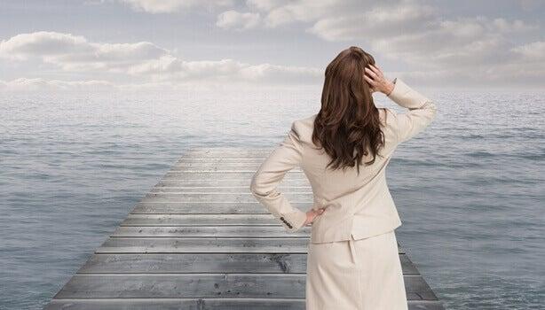Mulher em píer diante do mar