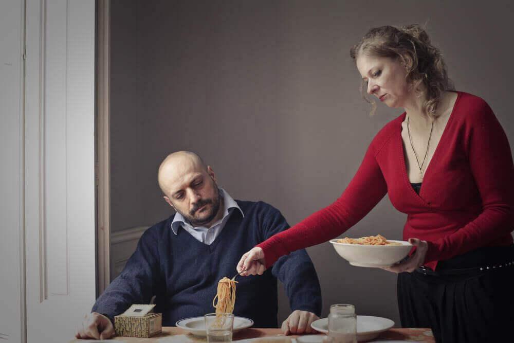 Mulher servindo o jantar para o marido