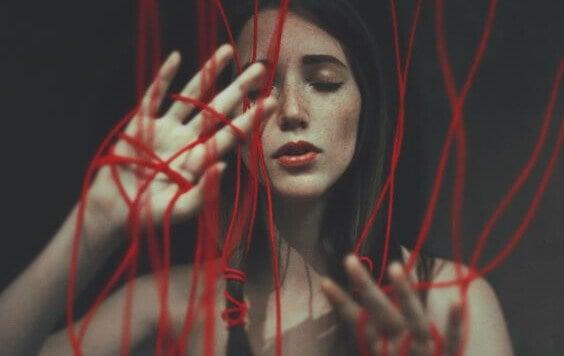 Mulher com cordas vermelhas