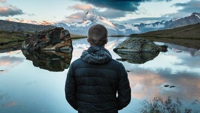 Homem observando paisagem invernal