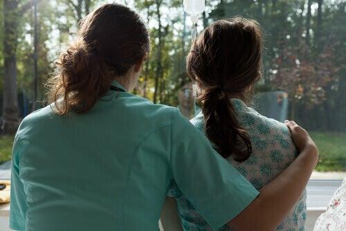 Enfermeira apoiando paciente