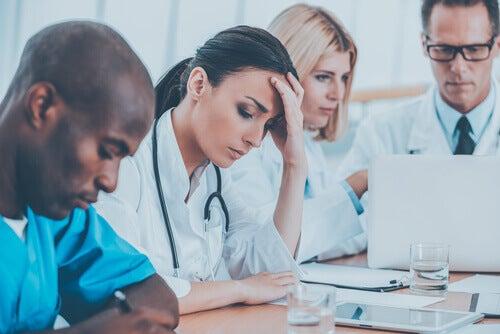 Médicos cansados