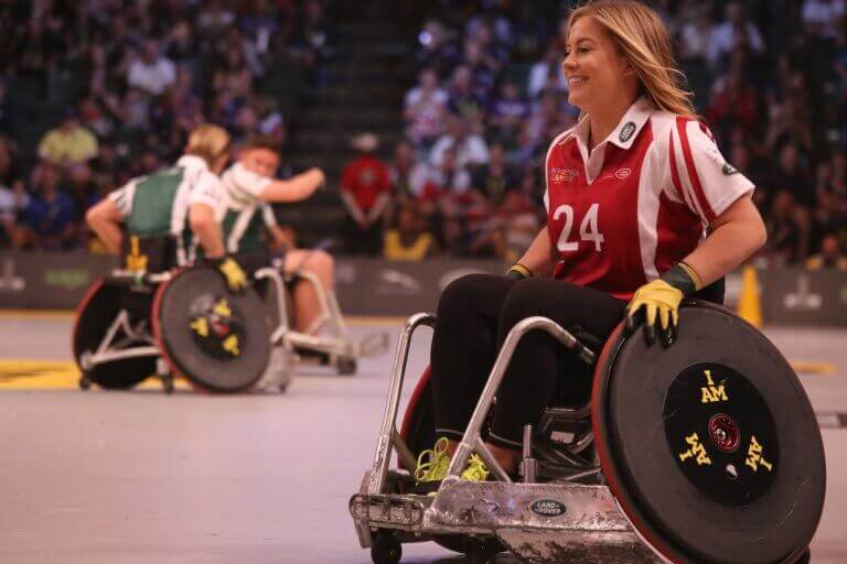 Praticar esportes em cadeiras de rodas