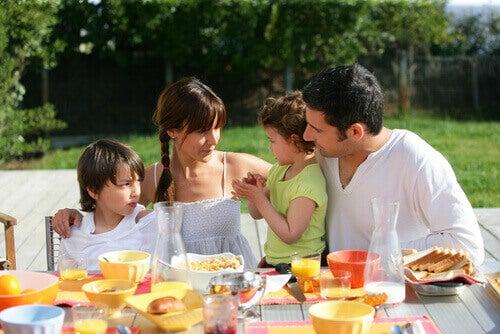 Família durante a refeição