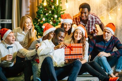 Jovens abrindo presentes no Natal