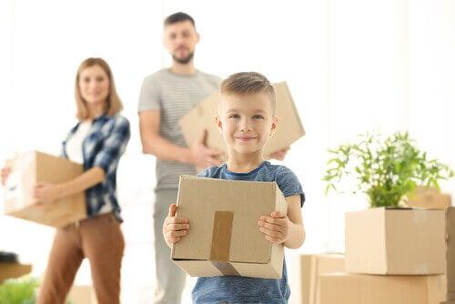 Menino ajudando na mudança de casa