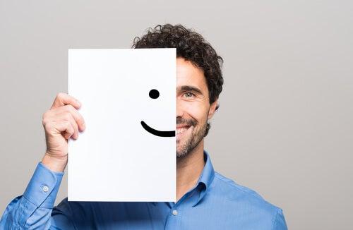 Homem com sorriso desenhado em folha de papel