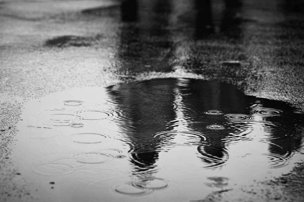 Gotas de chuva caindo em poça d'água