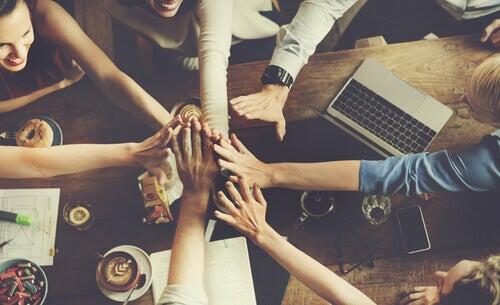Por que os grupos geram normas?