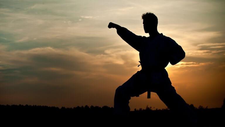 Homem praticando artes marciais