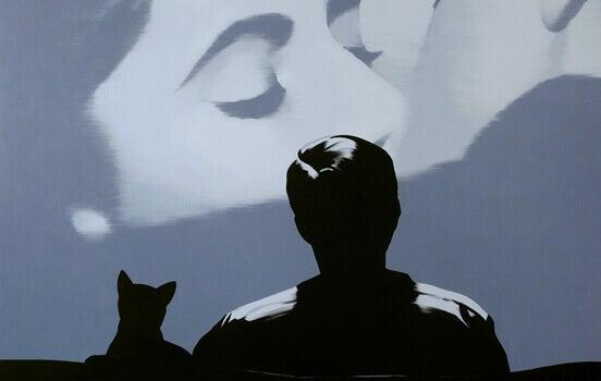 Homem assistindo a beijo no cinema