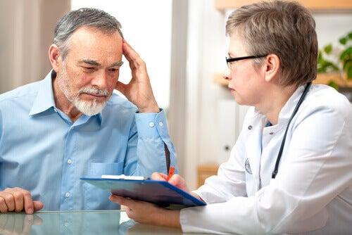 Homem durante consulta médica