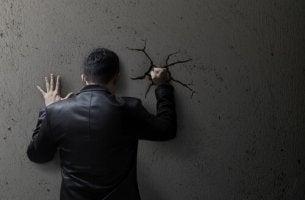 Como a moralidade social contribui para a normalização da violência?