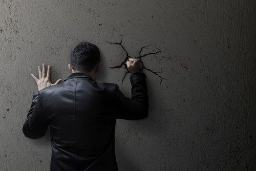 Como a moralidade social pode contribuir para a normalização da violência?