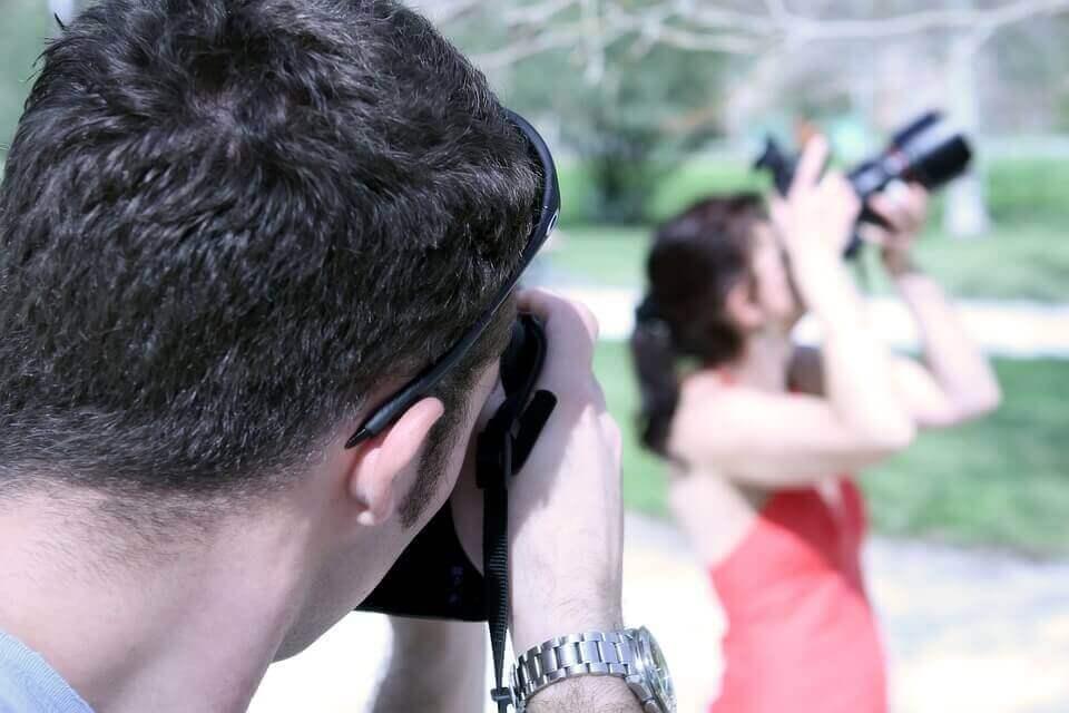 Homem tirando foto de mulher