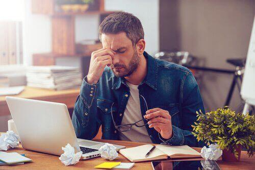 Homem sofrendo de Burnout no trabalho