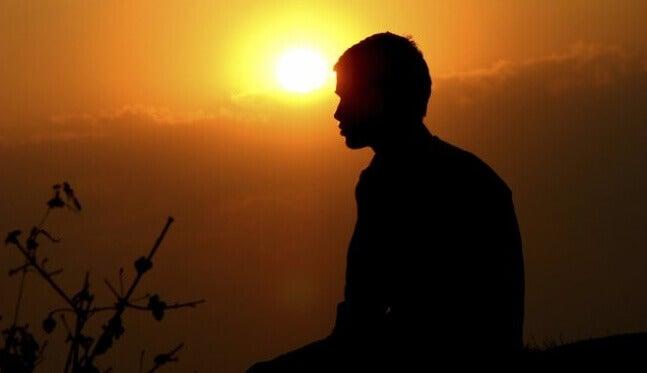 Perfil de homem diante do sol
