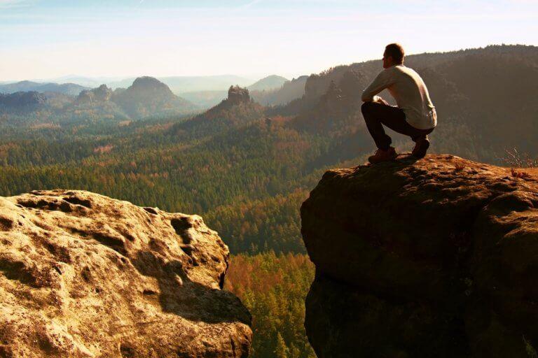 Homem observando paisagem natural