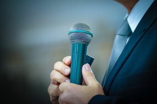 Homem falando em público