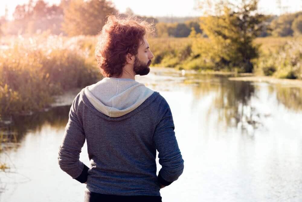 Homem relaxando em parque