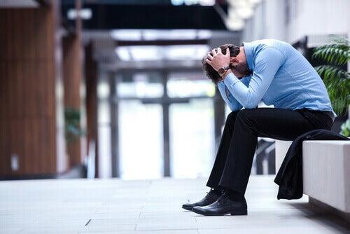 Homem estressado sem saber lidar com os problemas