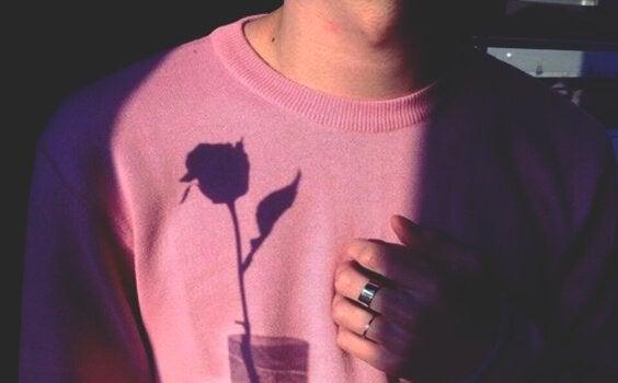 Homem segurando rosa