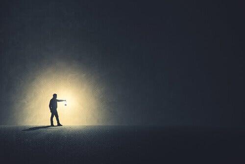 Homem com lamparina no escuro