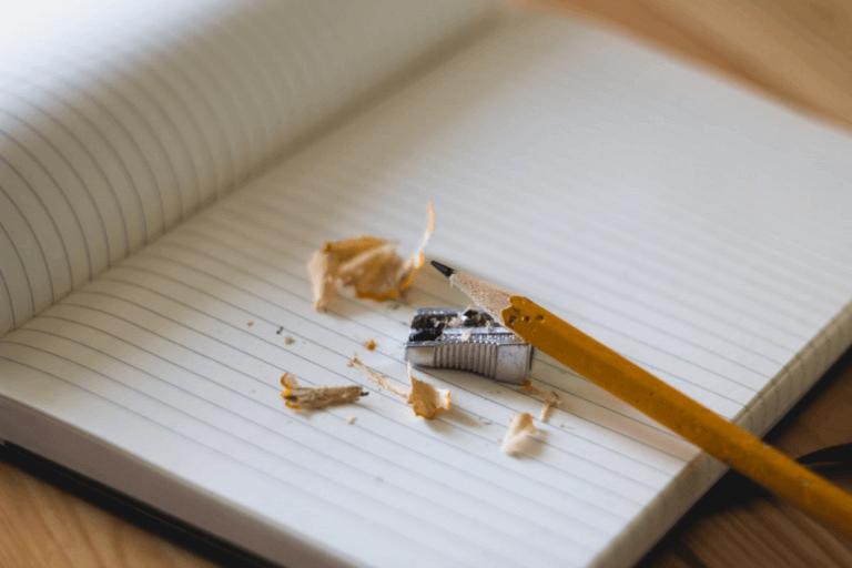 Apontar o lápis para fazer as tarefas escolares